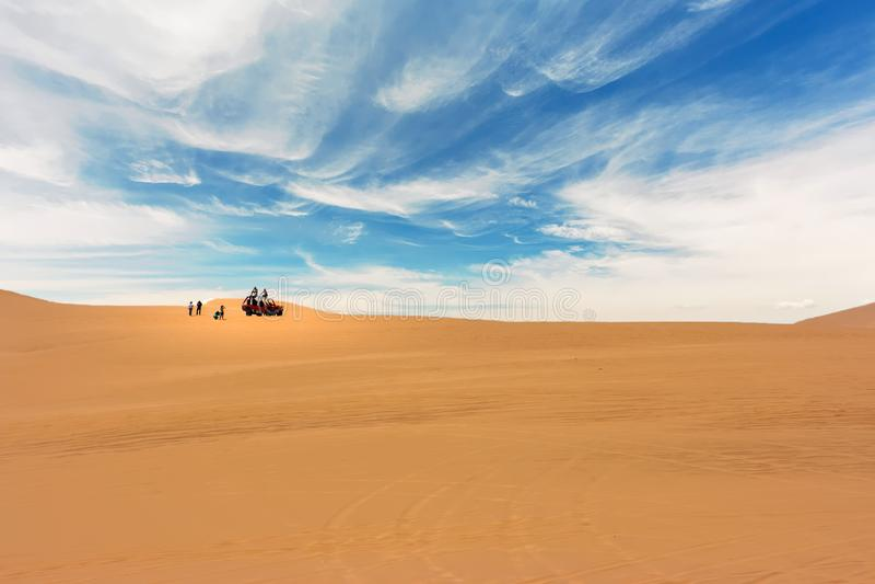 Αμμόλοφος με λάθη διασχίζοντας την έρημο σε Huacachina, Ica, Περού στοκ φωτογραφία