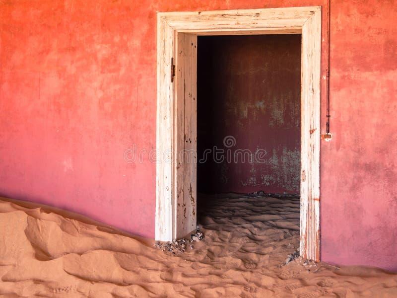 Αμμόλοφοι άμμου στο εγκαταλειμμένο σπίτι της πόλης-φάντασμα Kolmanskop στη Ναμίμπια στοκ φωτογραφία με δικαίωμα ελεύθερης χρήσης