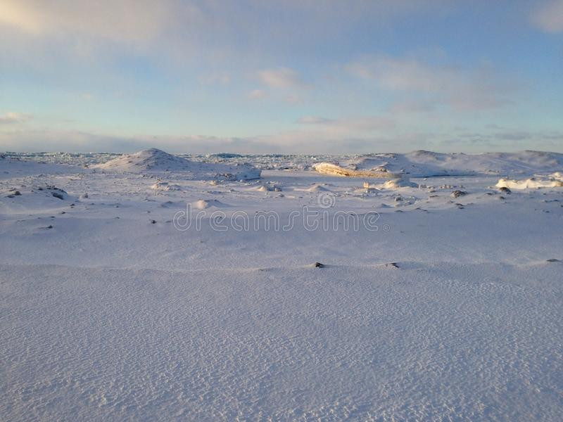 Αμμόλοφοι χιονιού και πάγου στην ακτή της λίμνης Erie στο ηλιοβασίλεμα στοκ εικόνα με δικαίωμα ελεύθερης χρήσης