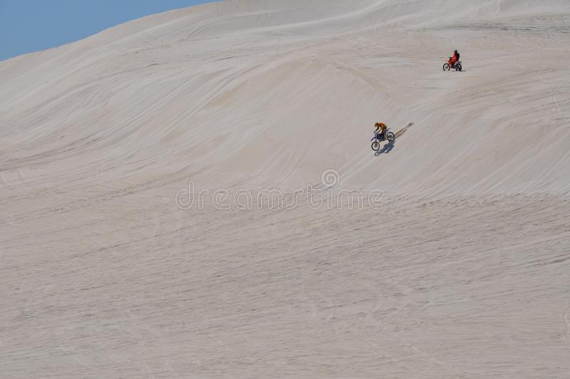 Αμμόλοφοι Lancelin: Οι μοτοσικλέτες συναγωνίζονται το άσπρο τοπίο στη δυτική Αυστραλία στοκ εικόνες