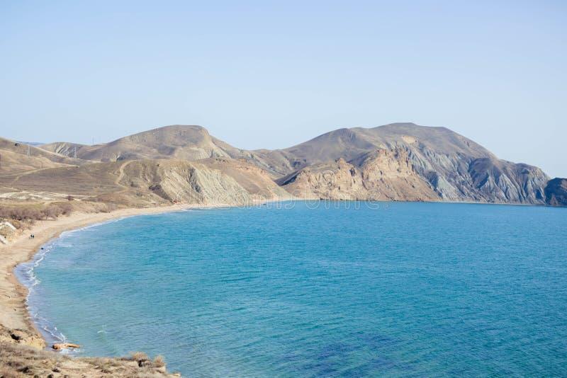 Αμμώδεις λόφοι με την τυρκουάζ θάλασσα και το μπλε ουρανό στοκ εικόνες