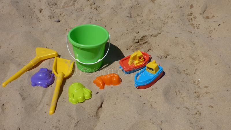Αμμώδης ακτή Va βαρκών φτυαριών κάδων παιχνιδιών παραλιών παιδιών ζωηρόχρωμη στοκ φωτογραφίες με δικαίωμα ελεύθερης χρήσης