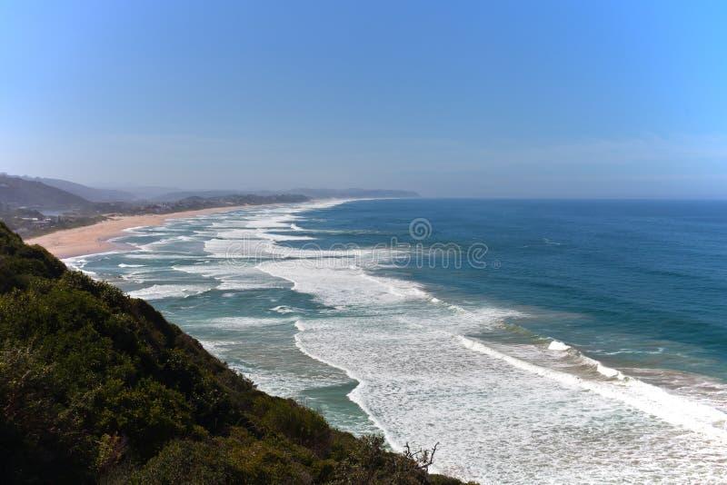 Αμμώδης παραλία και σπάζοντας κύμα στον Ινδικό Ωκεανό στοκ εικόνες