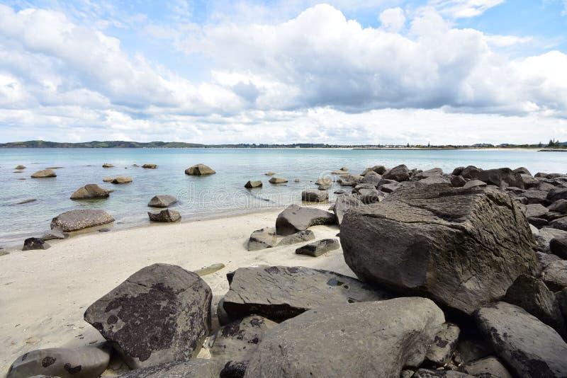 Αμμώδης παραλία με μεγάλους ογκόλιθους στοκ εικόνα