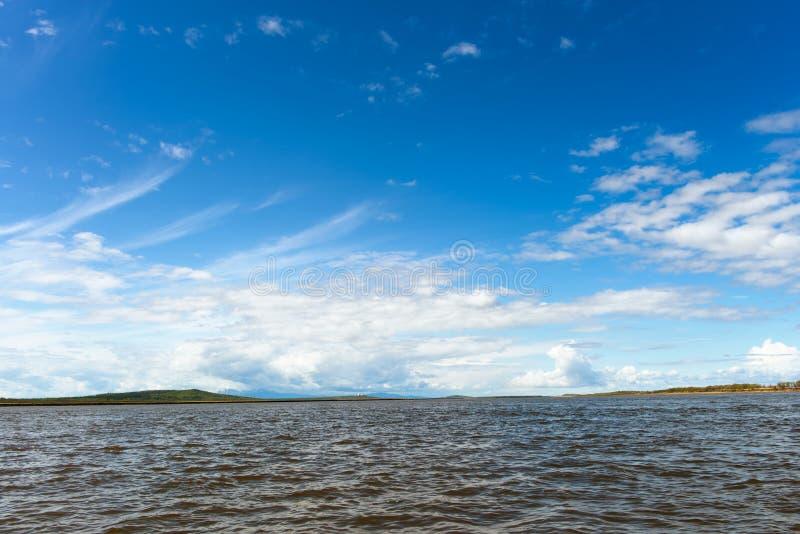 Αμμώδης παραλία στον ποταμό Amur Περιοχή Khabarovsk της ρωσικής όμορφης τράπεζας της Άπω Ανατολής των χιονωδών βουνών ποταμών Αμο στοκ φωτογραφίες
