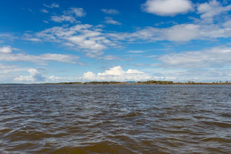 Αμμώδης παραλία στον ποταμό Amur Περιοχή Khabarovsk της ρωσικής όμορφης τράπεζας της Άπω Ανατολής των χιονωδών βουνών ποταμών Αμο στοκ φωτογραφία