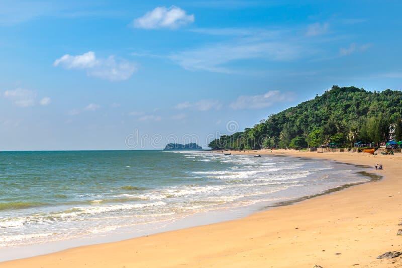 Αμμώδεις παραλίες, ωκεάνια κύματα, κυανοί ουρανοί, και άσπρα σύννεφα στοκ φωτογραφία