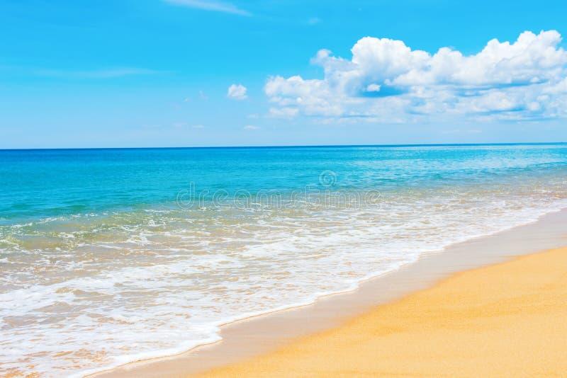 Αμμώδης ειρηνική θάλασσα μπλε ουρανού Phuket Mai Khao παραλιών στοκ φωτογραφίες