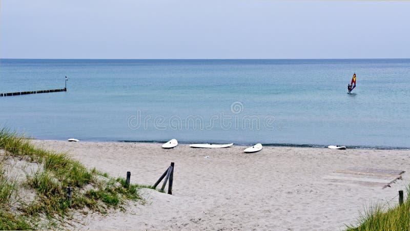 Αμμώδης παραλία με τους πίνακες κυματωγών στοκ εικόνες