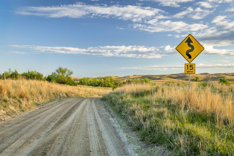 αμμώδης δρόμος αγροκτημάτων που κατεβαίνει σε μια κοιλάδα του μελαγχολικού ποταμού στοκ φωτογραφία με δικαίωμα ελεύθερης χρήσης