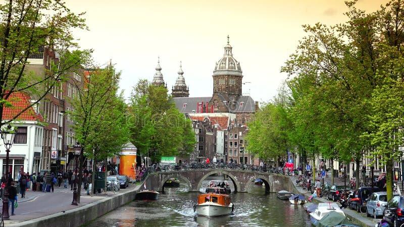 ΑΜΣΤΕΡΝΤΑΜ, ΚΑΤΩ ΧΏΡΕΣ: Κανάλι και εκκλησία του ST Nicolas στο Άμστερνταμ Το Άμστερνταμ είναι η κύρια και πιό πυκνοκατοικημένη πό απόθεμα βίντεο