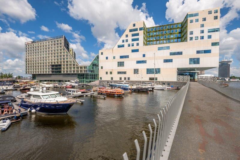 ΑΜΣΤΕΡΝΤΑΜ, οι ΚΑΤΩ ΧΏΡΕΣ - 3 Ιουλίου 2016: Λιμάνι με τις ζωηρόχρωμες βάρκες μπροστά από το σύγχρονο κτίριο γραφείων για το δικασ στοκ εικόνες