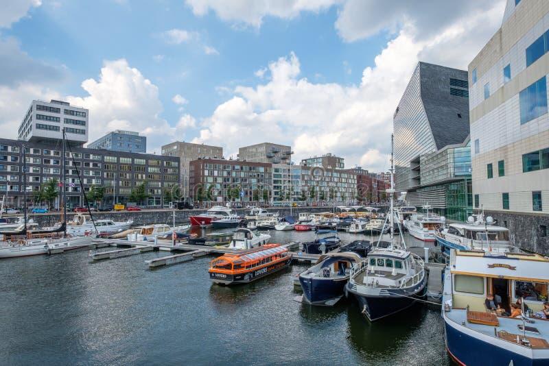 ΑΜΣΤΕΡΝΤΑΜ, οι ΚΑΤΩ ΧΏΡΕΣ - 3 Σεπτεμβρίου 2017: Λιμάνι με τα ζωηρόχρωμα σκάφη πολυτέλειας στο στο κέντρο της πόλης Άμστερνταμ, μπ στοκ εικόνες