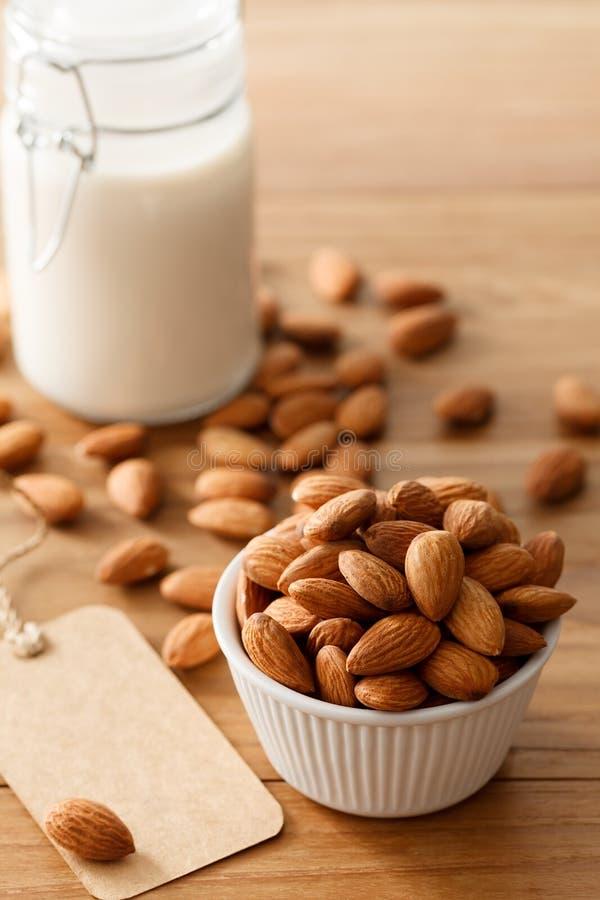 Αμυγδάλων vegan χορτοφάγο ποτό καρυδιών γάλακτος οργανικό υγιές στοκ φωτογραφία με δικαίωμα ελεύθερης χρήσης