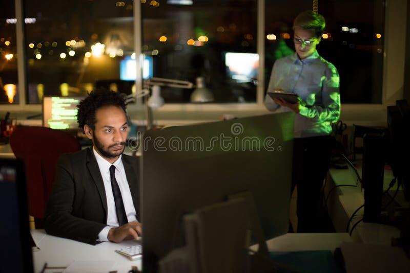 Αμυδρό γραφείο που τυλίγεται επάνω στην εργασία στοκ φωτογραφίες με δικαίωμα ελεύθερης χρήσης