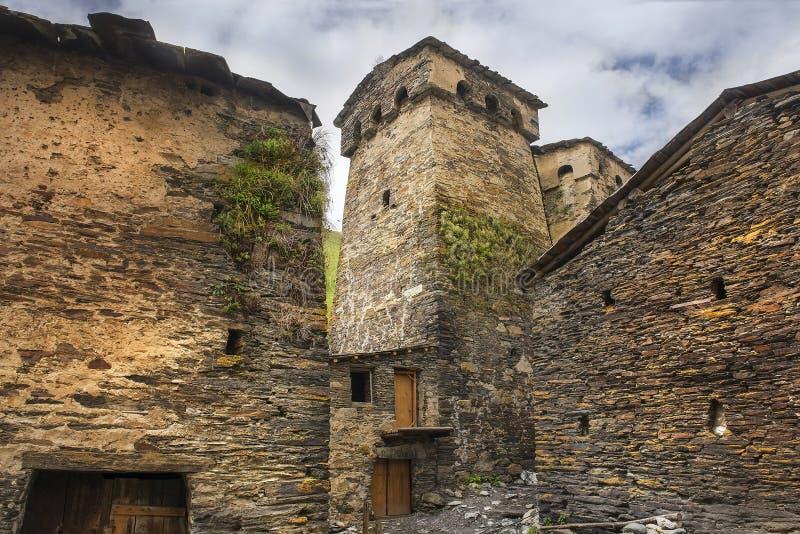 Αμυντικοί πύργοι και σπίτια πετρών στο χωριό Ushguli, ανώτερο Svaneti, Γεωργία στοκ φωτογραφία