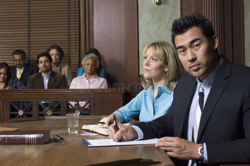 Αμυντικός δικηγόρος με τον πελάτη στο δικαστήριο στοκ εικόνα