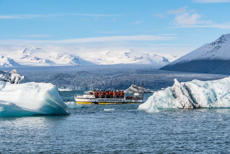 Αμφίβια βάρκα στη λιμνοθάλασσα παγετώνων Jokulsarlon στοκ εικόνες με δικαίωμα ελεύθερης χρήσης