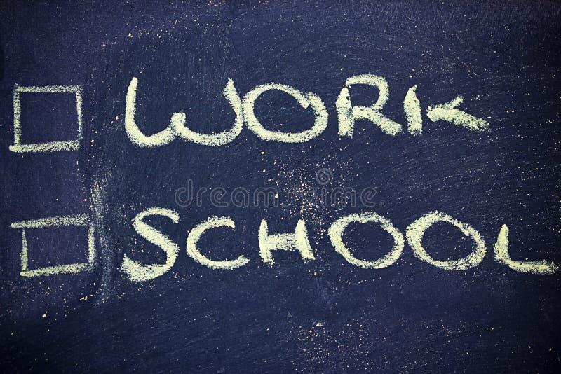Αμφιβολίες: επιλογή μεταξύ της εργασίας και του σχολείου στοκ φωτογραφίες με δικαίωμα ελεύθερης χρήσης