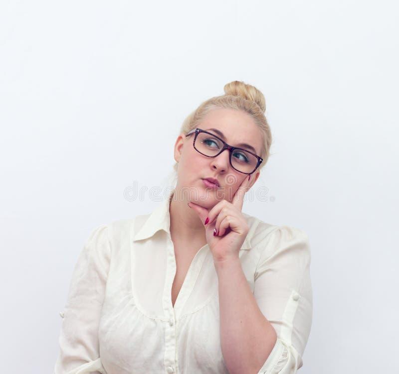 Αμφισβητήσιμη νέα γυναίκα που σκέφτεται, στο λευκό στοκ εικόνες