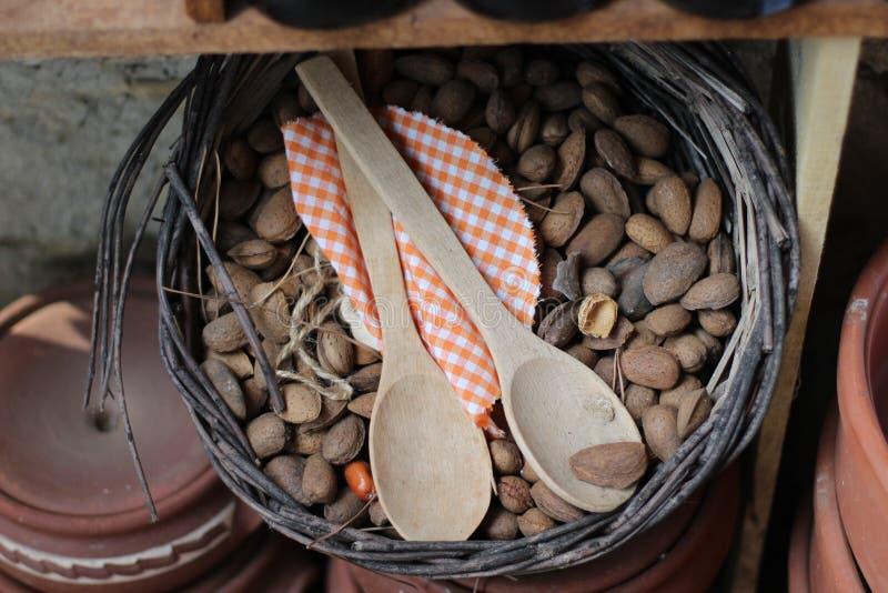 Αμύγδαλα και ξύλινα κουτάλια στοκ φωτογραφίες με δικαίωμα ελεύθερης χρήσης