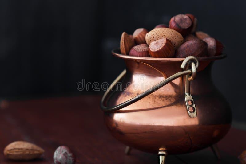 Αμύγδαλα, ξύλα καρυδιάς και φουντούκια στο μεταλλικό κύπελλο στοκ εικόνα
