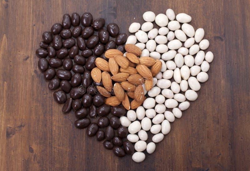 Αμύγδαλα καραμελών στο λευκό και το Μαύρο σοκολάτας. στοκ εικόνα με δικαίωμα ελεύθερης χρήσης