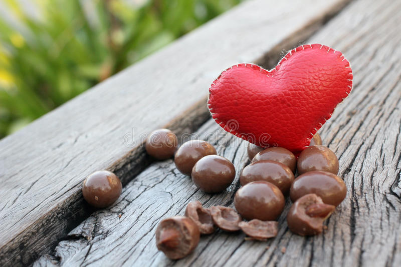 Αμύγδαλα σοκολάτας με την καρδιά στοκ φωτογραφία με δικαίωμα ελεύθερης χρήσης