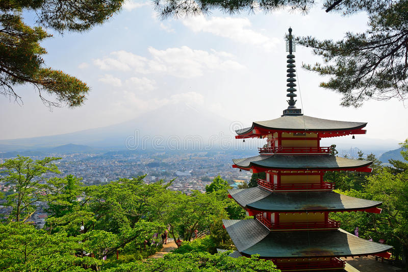 ΑΜ Φούτζι και η παγόδα Chureito, Fujiyoshida, Ιαπωνία στοκ εικόνες