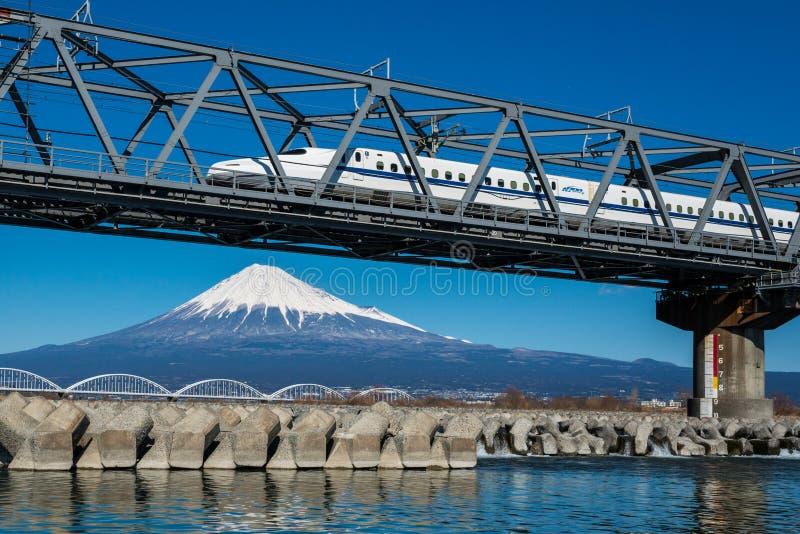 ΑΜ Φούτζι και ιαπωνικό τραίνο στοκ φωτογραφίες