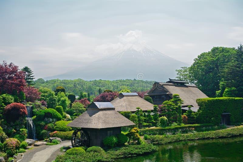 ΑΜ Φούτζι με τα παραδοσιακά σπίτια, Oshino, Ιαπωνία στοκ εικόνα με δικαίωμα ελεύθερης χρήσης