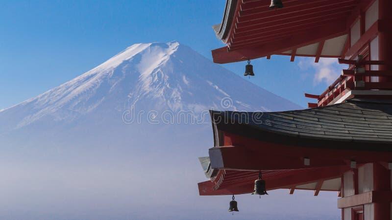 ΑΜ Φούτζι με την κόκκινη μπροστινή άποψη παγοδών Chureito στοκ φωτογραφία με δικαίωμα ελεύθερης χρήσης
