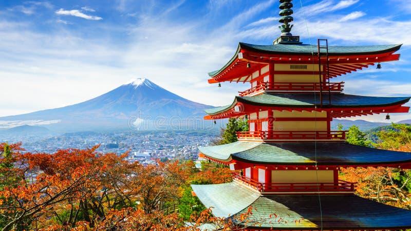 ΑΜ Φούτζι με την παγόδα Chureito, Fujiyoshida, Ιαπωνία στοκ εικόνες