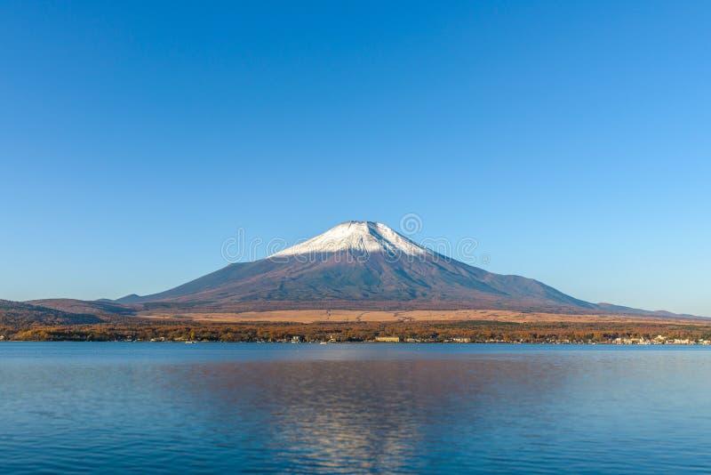 ΑΜ Φούτζι στη λίμνη Yamanaka με το μπλε ουρανό στοκ φωτογραφία με δικαίωμα ελεύθερης χρήσης