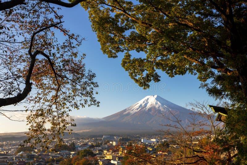 ΑΜ Φούτζι στο μπλε ουρανό με την πόλη Kawaguchiko από το backgro άποψης στοκ φωτογραφίες