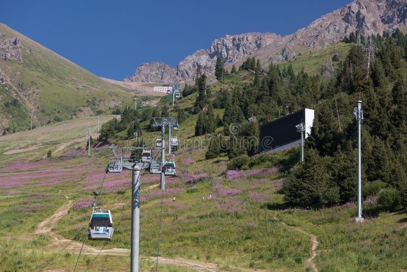 Ανάβαση τελεφερίκ στην κορυφή του βουνού στοκ φωτογραφίες με δικαίωμα ελεύθερης χρήσης