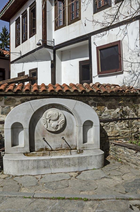 Ανάβλυση γλυκού νερού από την παλαιά πηγή στην γκρίζα αρχαιότητα Varosha στοκ φωτογραφίες
