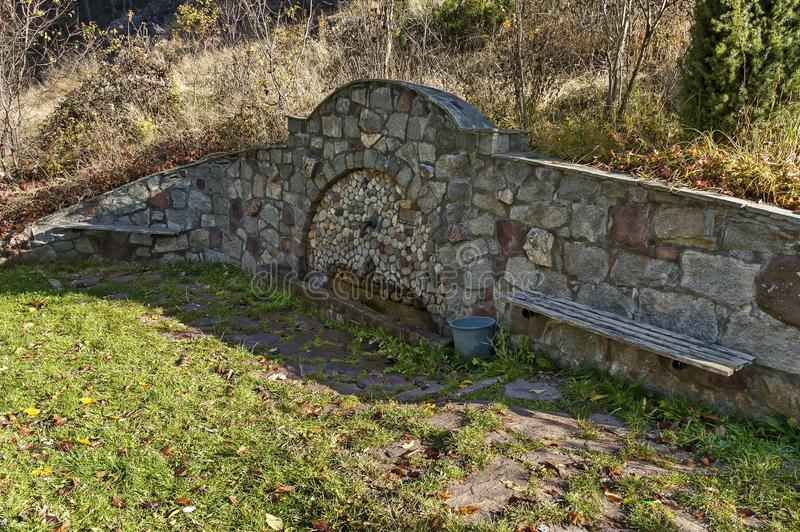 Ανάβλυση γλυκού νερού από την παλαιά πηγή στο βαλκανικό βουνό στοκ φωτογραφία με δικαίωμα ελεύθερης χρήσης