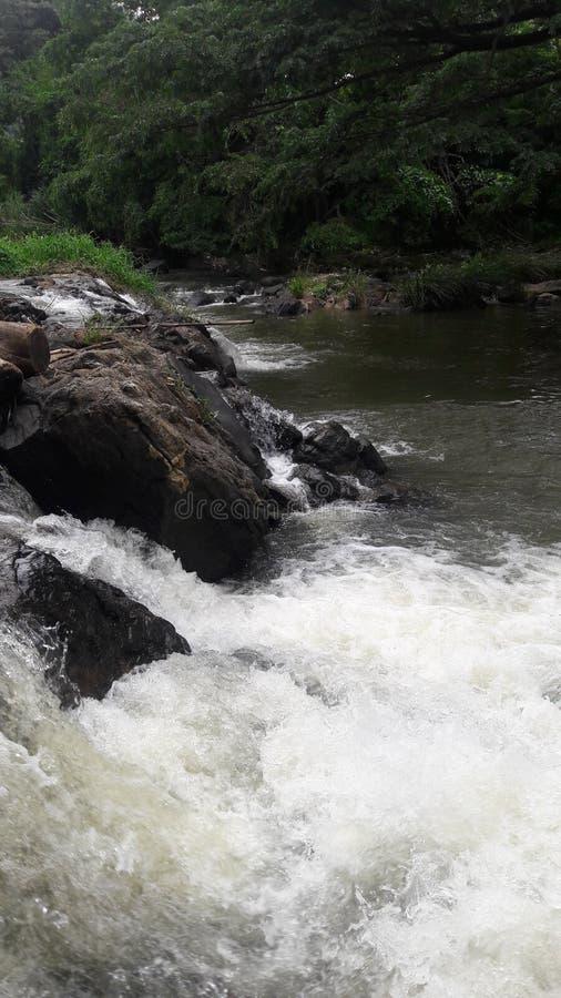 Ανάβλυση του νερού ρέει κάτω r r αφές ενάντια στους βράχους στοκ εικόνα με δικαίωμα ελεύθερης χρήσης