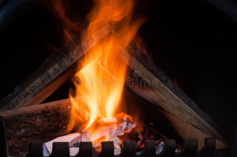 Ανάβοντας έγγραφο εγχώριου ψησίματος για να θερμάνει την εγχώρια θέρμανση το χειμώνα και την άνοιξη αυτόνομα σε ένα ιδιωτικό σπίτ στοκ φωτογραφία με δικαίωμα ελεύθερης χρήσης