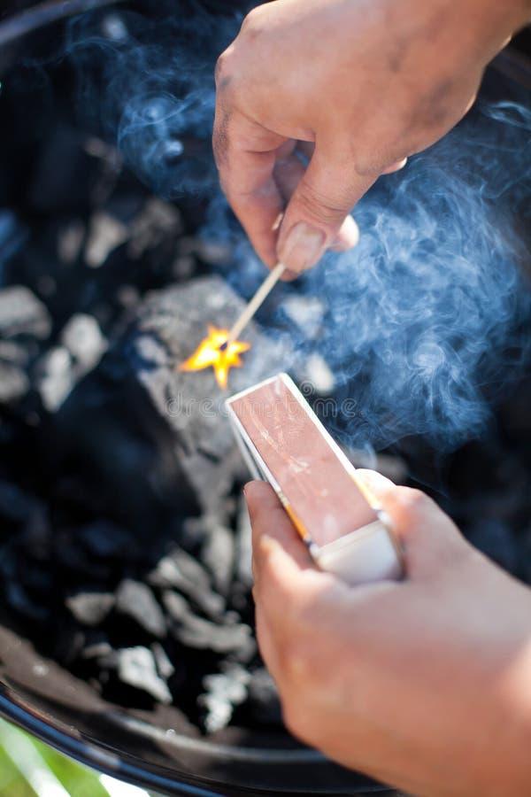 Ανάβοντας ένα matchstick, καύση ένας άνθρακας, εστίαση στον καπνό στοκ εικόνα με δικαίωμα ελεύθερης χρήσης