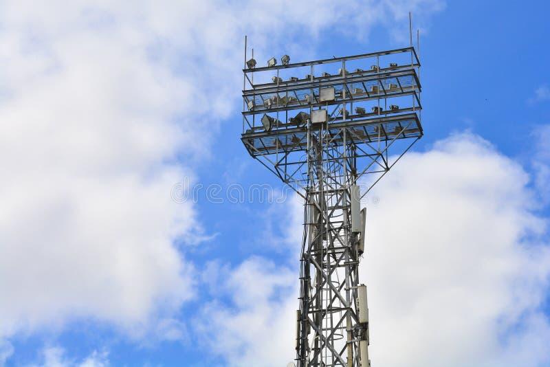 Ανάβοντας υποστήριξη Μετα φωτισμός σταδίων Ψηλός στυλοβάτης με τα επίκεντρα για να φωτίσει ένα γήπεδο ποδοσφαίρου ενάντια στον ου στοκ φωτογραφία
