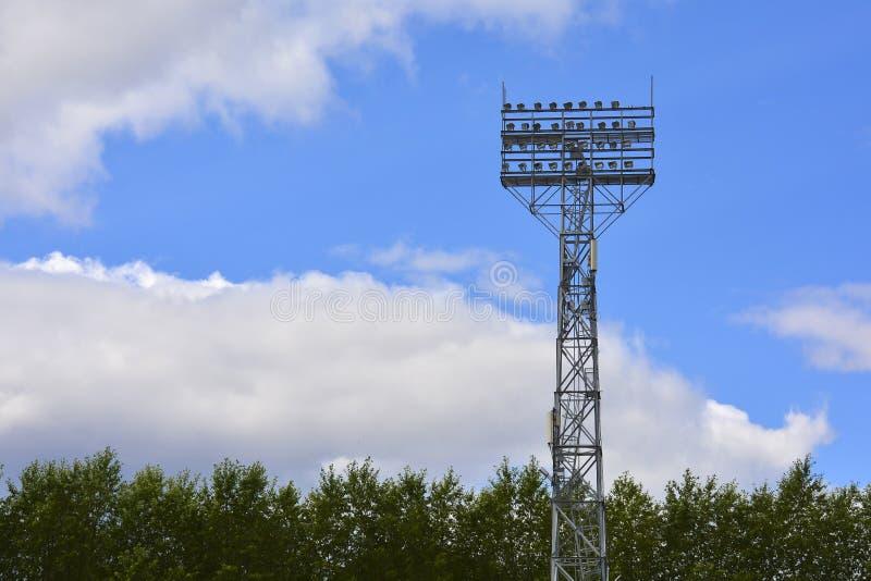 Ανάβοντας υποστήριξη Μετα φωτισμός σταδίων Ψηλός στυλοβάτης με τα επίκεντρα για να φωτίσει ένα γήπεδο ποδοσφαίρου ενάντια στον ου στοκ φωτογραφία με δικαίωμα ελεύθερης χρήσης