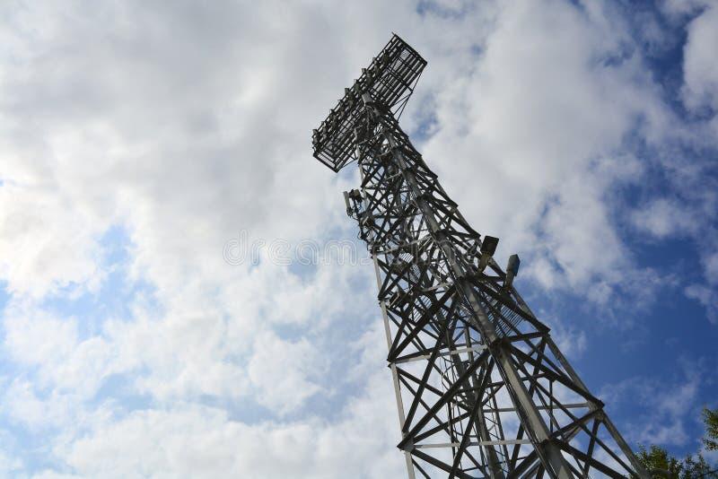 Ανάβοντας υποστήριξη Μετα φωτισμός σταδίων Ψηλός στυλοβάτης με τα επίκεντρα για να φωτίσει ένα γήπεδο ποδοσφαίρου ενάντια στον ου στοκ φωτογραφίες με δικαίωμα ελεύθερης χρήσης