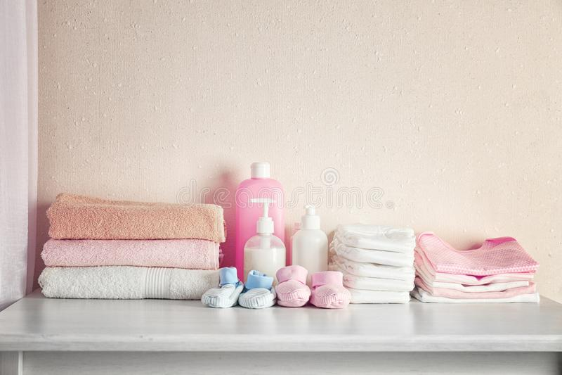 Ανάγκες μωρών στο άσπρο στήθος στοκ φωτογραφία