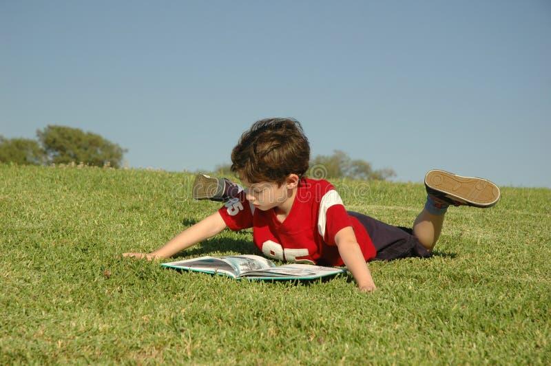 ανάγνωση αγοριών στοκ φωτογραφίες