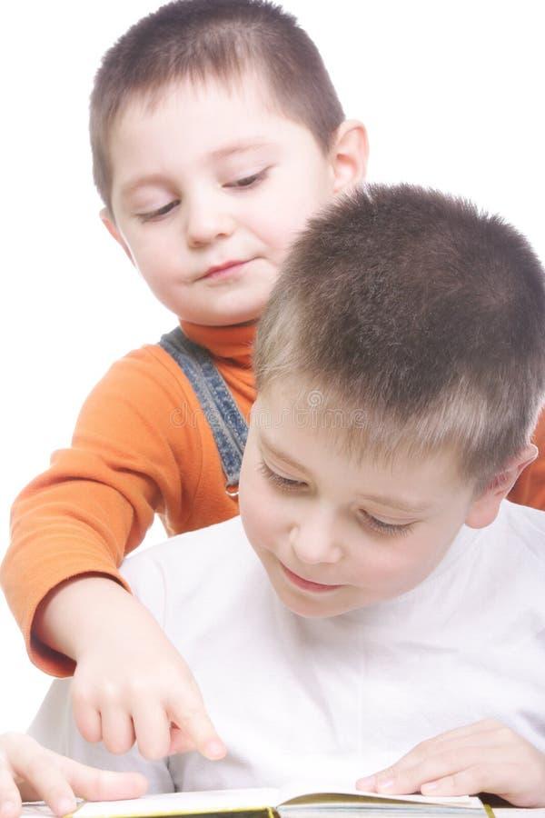 ανάγνωση αδελφών βιβλίων στοκ φωτογραφία