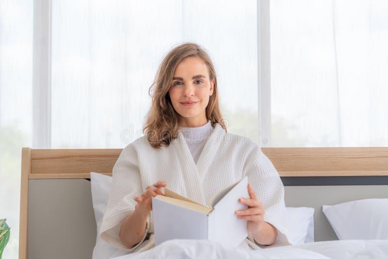 Ανάγνωση βιβλίου στο κρεβάτι. Γυναίκα που διαβάζει βιβλίο στο κρεβάτι Ï στοκ εικόνες με δικαίωμα ελεύθερης χρήσης