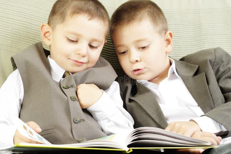 ανάγνωση βιβλίων από κοινού στοκ φωτογραφίες