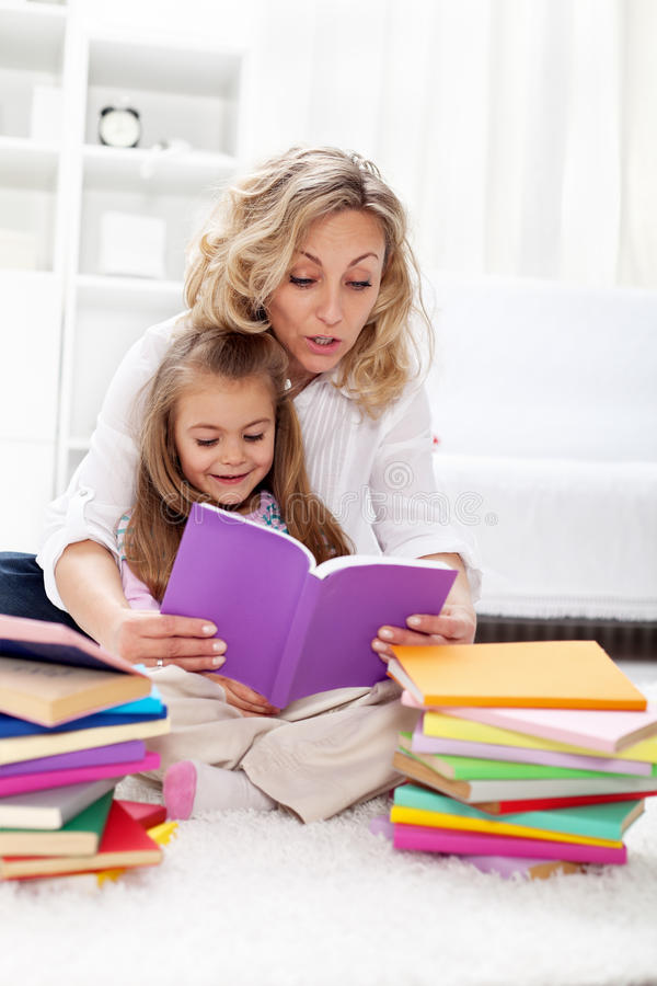 ανάγνωση βιβλίων mom στοκ εικόνες με δικαίωμα ελεύθερης χρήσης